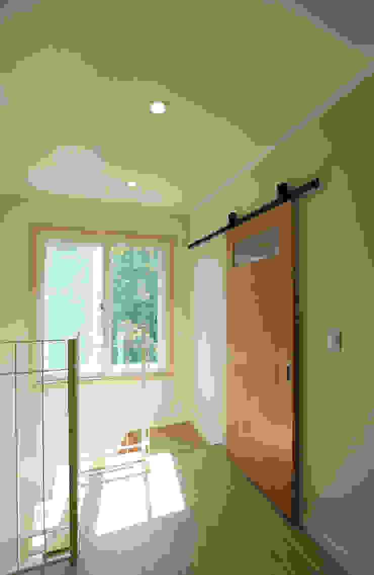 Pasillos, vestíbulos y escaleras de estilo moderno de atelierBASEMENT Moderno