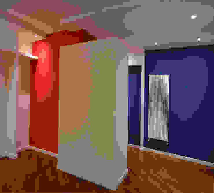 Guardaroba all'ingresso arch. Paolo Pambianchi Ingresso, Corridoio & Scale in stile minimalista Blu