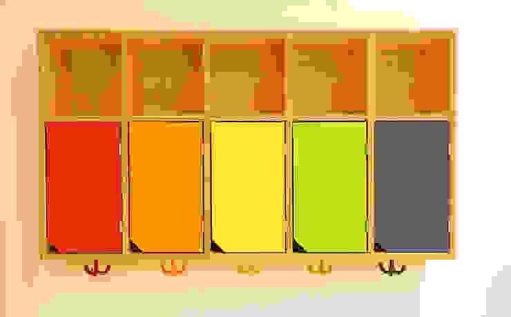 Hängeregale mit bunten Türen und Garderobenhaken Schreinerei & Innenausbau Fuchslocher Moderne Schulen