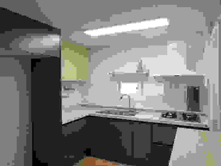 Cocinas de estilo moderno de 달달하우스 Moderno