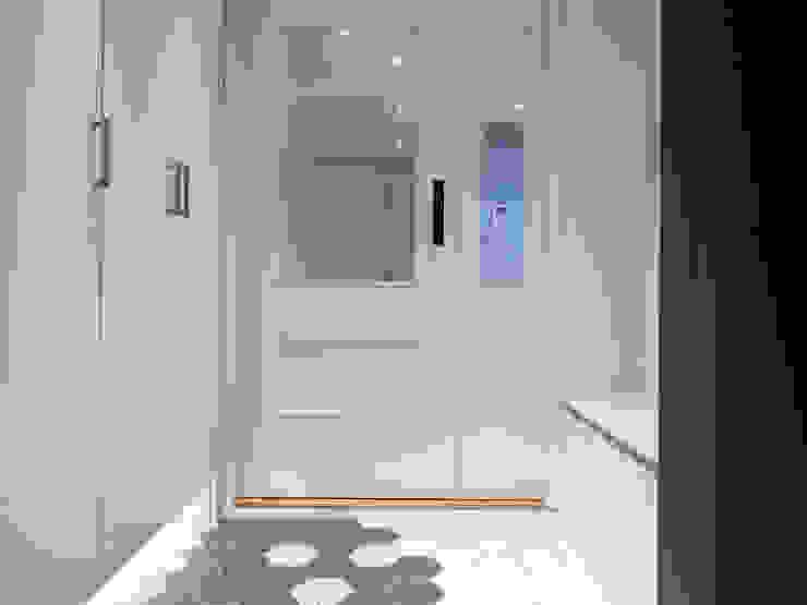Pasillos, vestíbulos y escaleras de estilo moderno de 달달하우스 Moderno