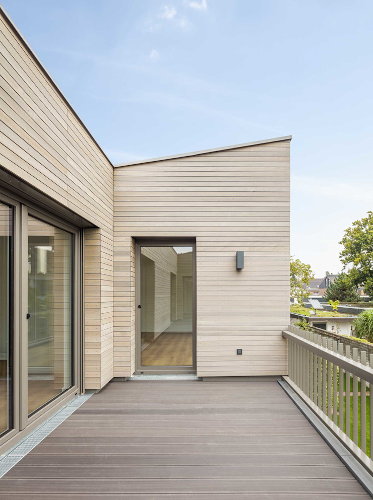 Balcones y terrazas de estilo moderno de ZHAC / Zweering Helmus Architektur+Consulting Moderno Madera Acabado en madera