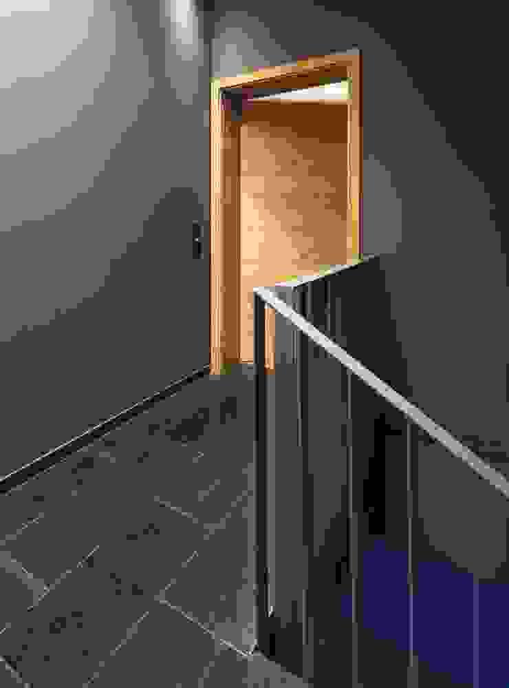 Kerzenmanufaktur Treppenhaus Moderner Flur, Diele & Treppenhaus von ZHAC / Zweering Helmus Architektur+Consulting Modern Kalkstein