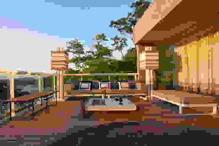 VARANDA Varandas, alpendres e terraços tropicais por PAULA MARTINS ARQUITETURA, INTERIORES E DETALHAMENTO Tropical
