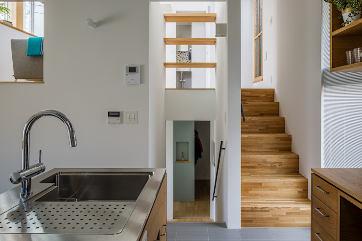Hành lang, sảnh & cầu thang phong cách Bắc Âu bởi 内田雄介設計室 Bắc Âu