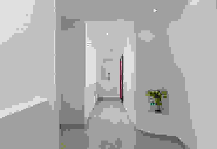 Listed Foto Minimalist corridor, hallway & stairs