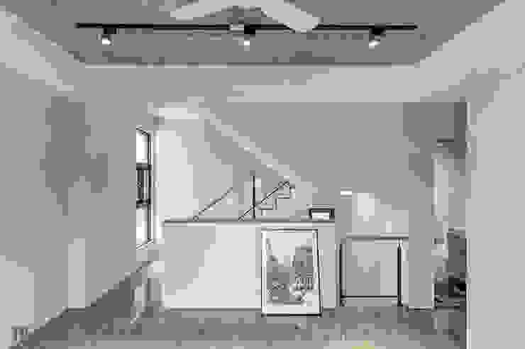 二樓起居室 现代客厅設計點子、靈感 & 圖片 根據 Hi+Design/Interior.Architecture. 寰邑空間設計 現代風