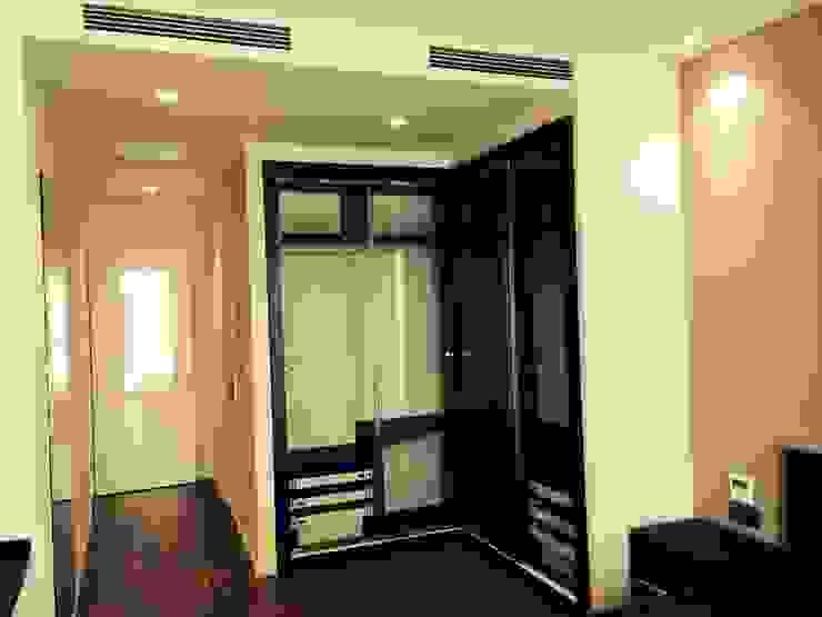 Cửa Kính và Cầu thang Kính Phòng thay đồ phong cách hiện đại bởi TNHH XDNT&TM Hoàng Lâm Hiện đại