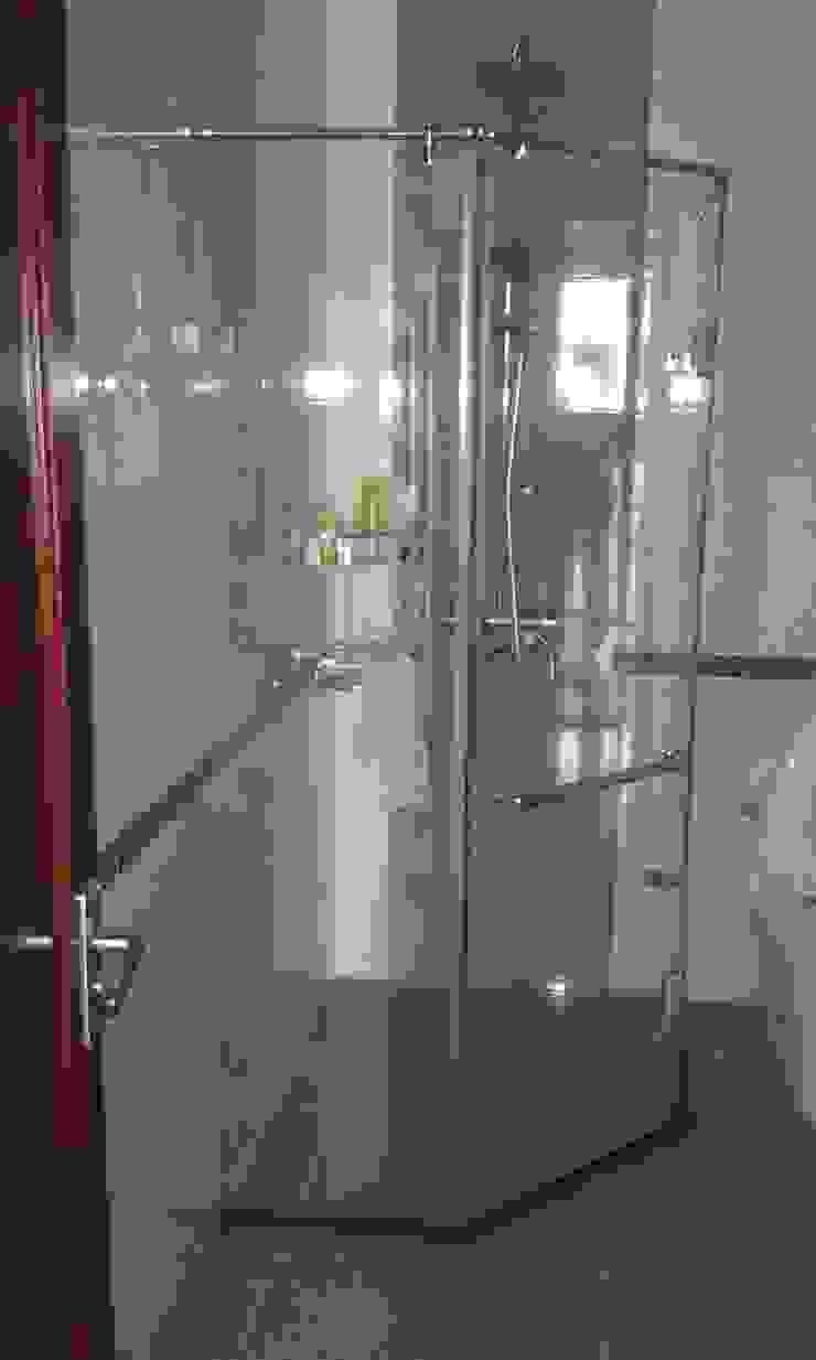 Cửa Kính và Cầu thang Kính Phòng tắm phong cách hiện đại bởi TNHH XDNT&TM Hoàng Lâm Hiện đại