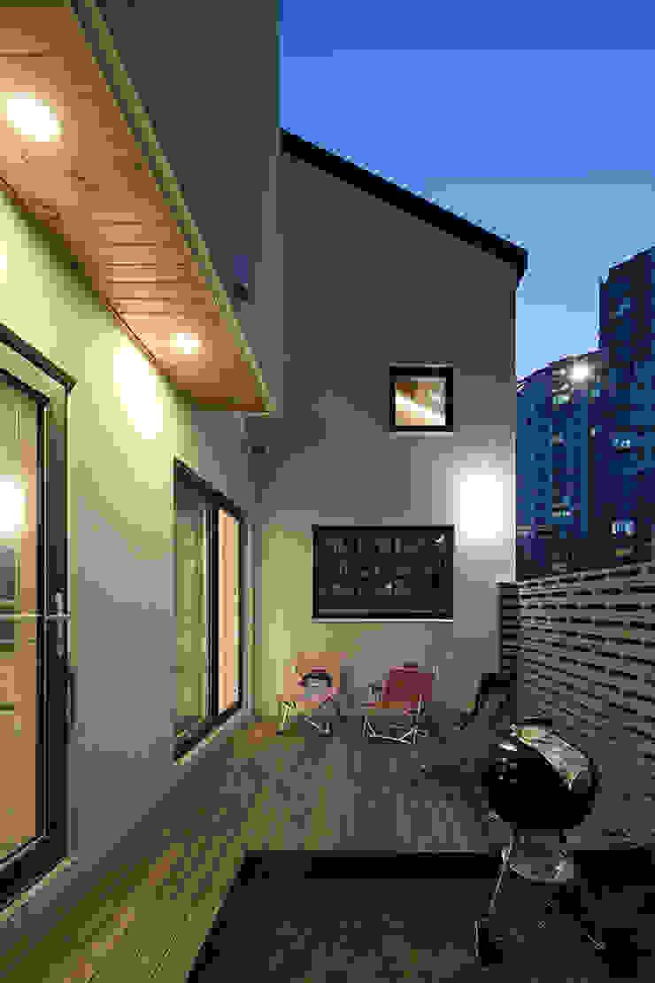 Modern balcony, veranda & terrace by 소하 건축사사무소 SoHAA Modern