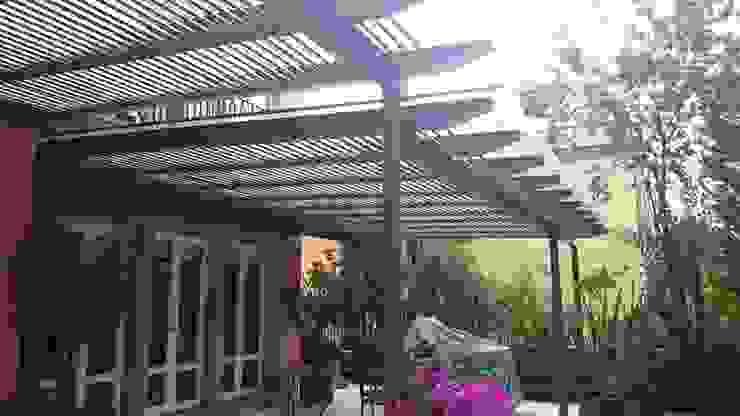 Pérgola Híbrida en Tequisquiapan: Terrazas de estilo  por Materia Viva S.A. de C.V.,