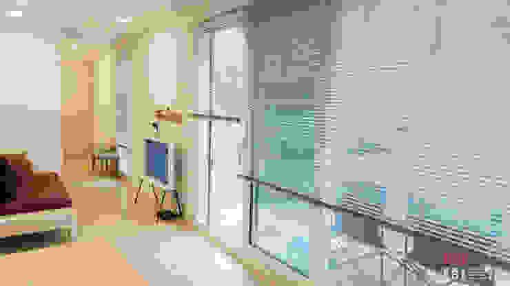 现代客厅設計點子、靈感 & 圖片 根據 (주)감동C&D 유니박스 現代風