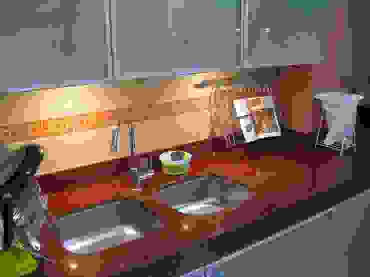 Remodelacion Cocina D Arquitotal SAC KitchenCabinets & shelves