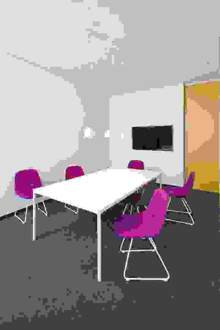 rauminraum Edificios de oficinas de estilo moderno