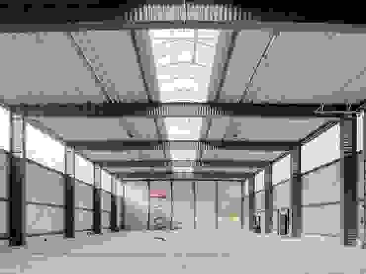 Werkstatthalle pauly + fichter planungsgesellschaft mbH Industriale Garagen & Schuppen