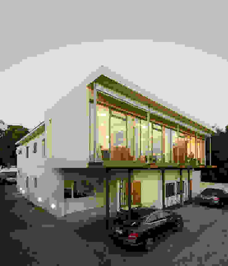 Oficina Bschneider de Bschneider Arquitectos e Ingenieros Moderno Concreto