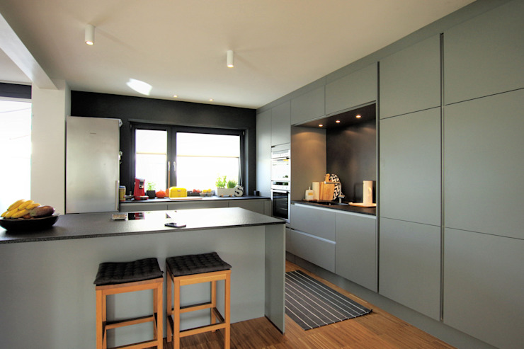 Architekten Lenzstrasse Dreizehn Built-in kitchens Wood-Plastic Composite Grey