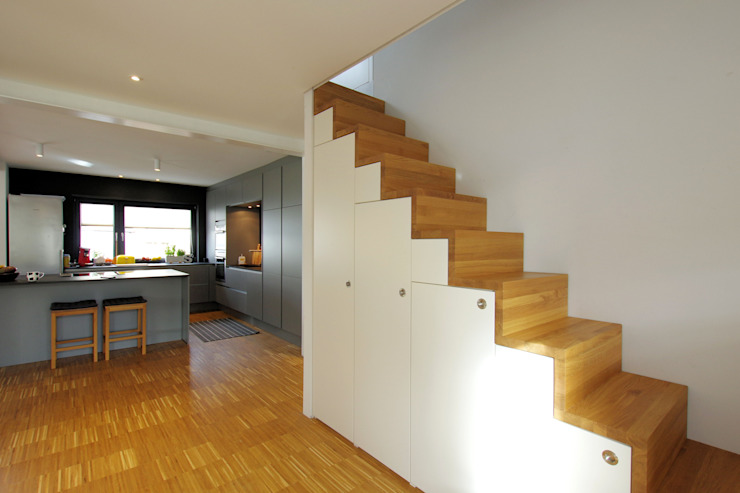 Architekten Lenzstrasse Dreizehn Modern corridor, hallway & stairs Engineered Wood White