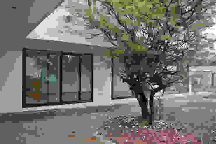 Casa La Reserva Pasillos, halls y escaleras minimalistas de AtelierStudio Minimalista