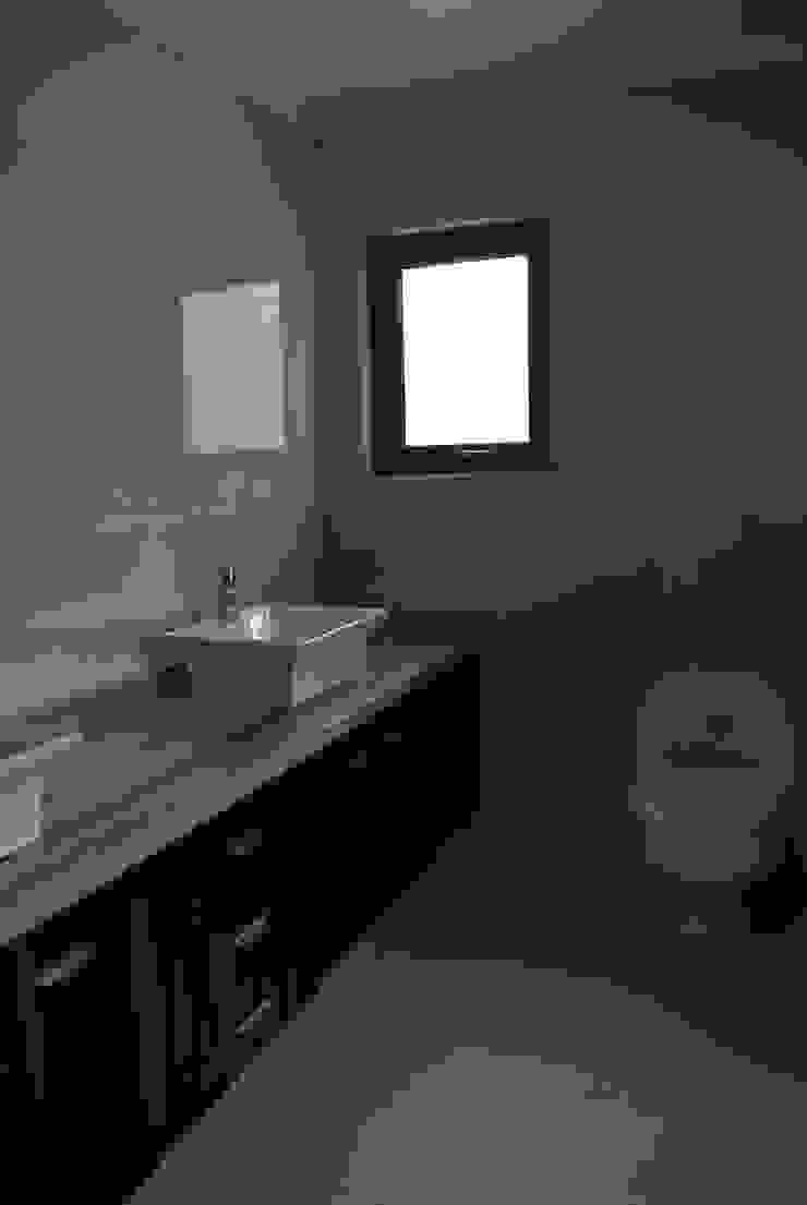 Colonial style bathroom by AtelierStudio Colonial