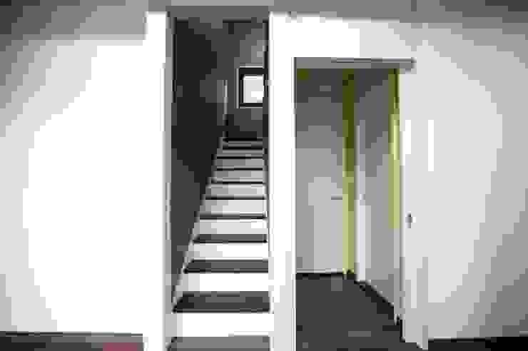 Hành lang, sảnh & cầu thang phong cách hiện đại bởi 피앤이(P&E)건축사사무소 Hiện đại