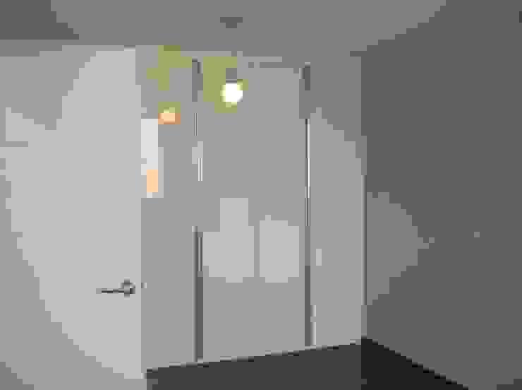 Phòng giải trí phong cách hiện đại bởi 피앤이(P&E)건축사사무소 Hiện đại