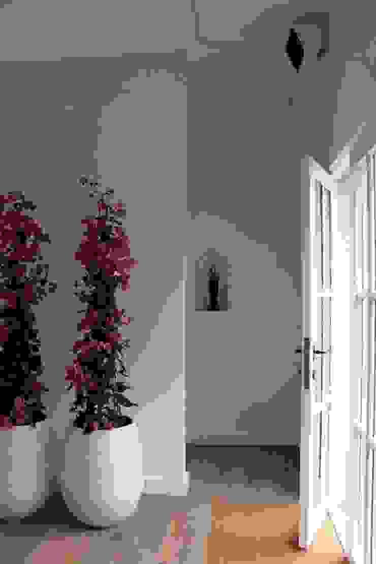 Nowoczesny korytarz, przedpokój i schody od De Plankerij BVBA Nowoczesny