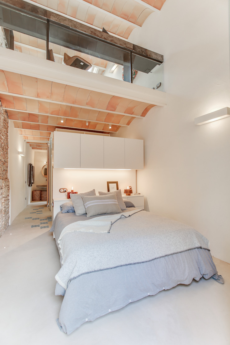 Mediterranean style bedroom by Lara Pujol | Interiorismo & Proyectos de diseño Mediterranean