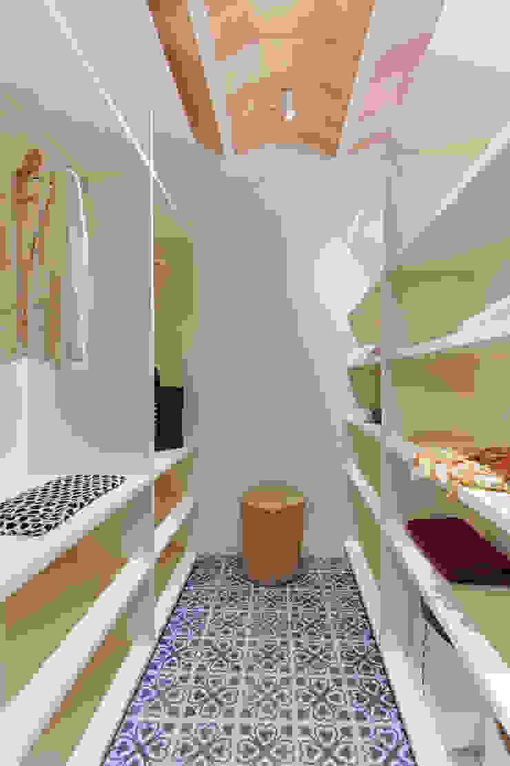 Mediterranean style dressing room by Lara Pujol | Interiorismo & Proyectos de diseño Mediterranean