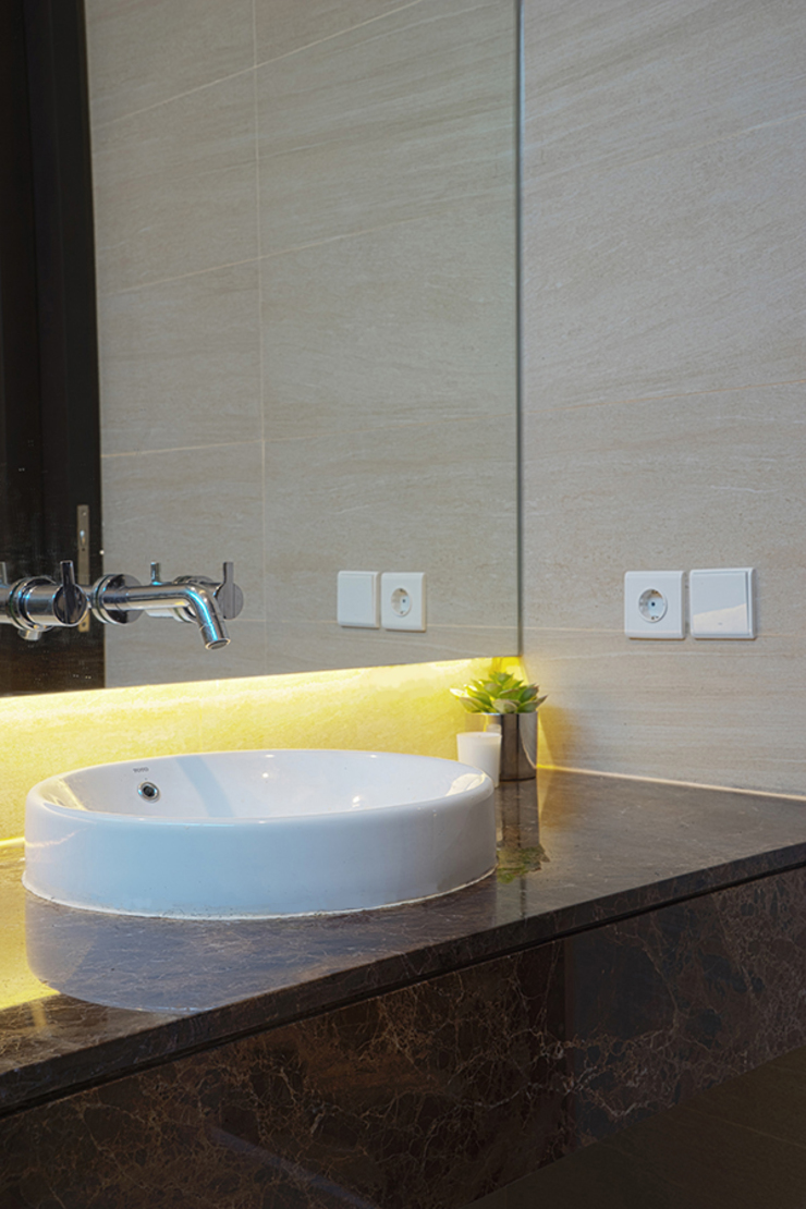 Salle de bain tropicale par Simple Projects Architecture Tropical Granite