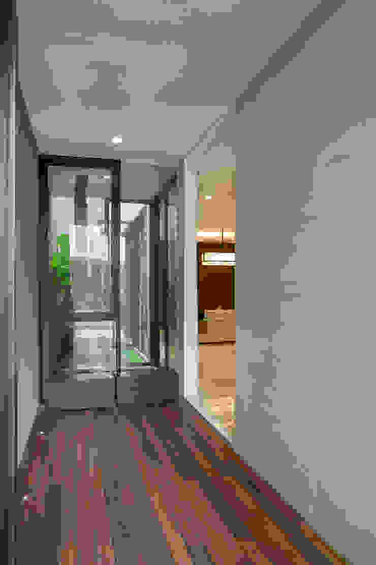 Couloir, entrée, escaliers tropicaux par Simple Projects Architecture Tropical Bois Effet bois