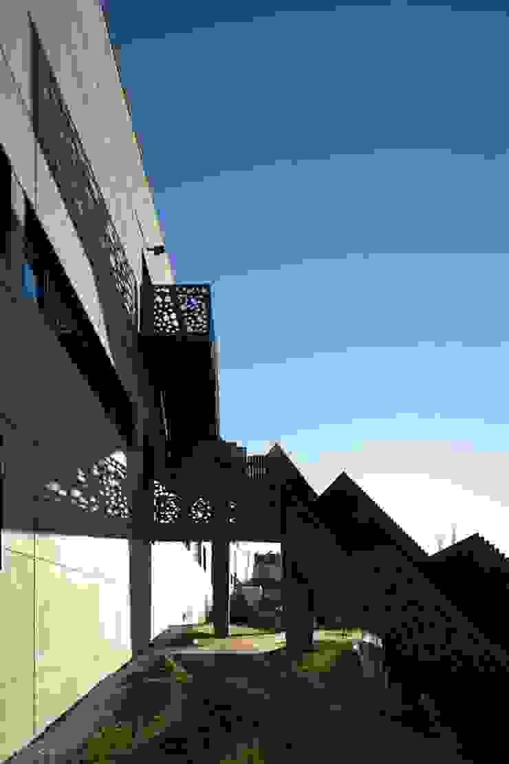 Emergency stairs - Mjarc by Maria João e Ricardo Cordeiro by MJARC - Arquitectos Associados, lda Сучасний