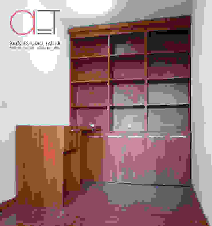 Escritorio y biblioteca de Arq. Estudio Taller Moderno Madera Acabado en madera