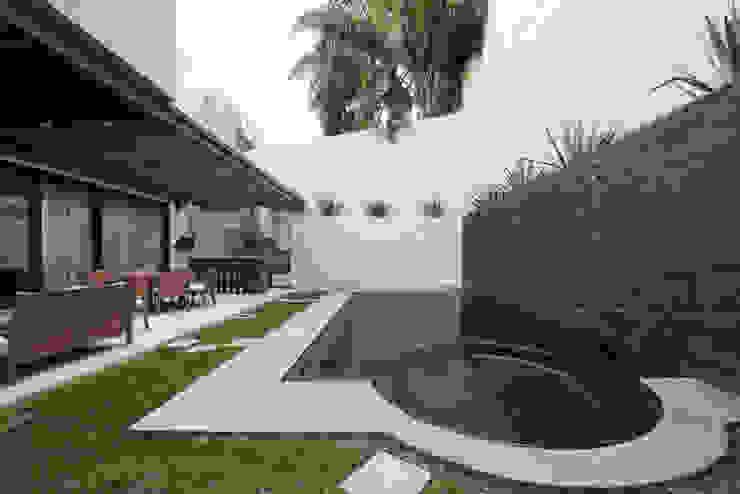 مسبح حديقة تنفيذ Rousseau Arquitectos,