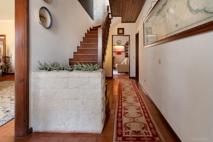 Classic style corridor, hallway and stairs by Miguel Marnoto - Fotografia Classic