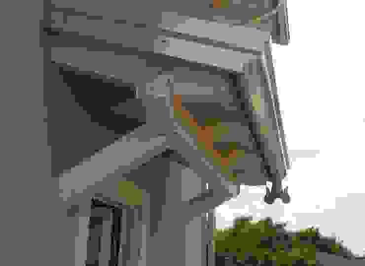 Casa in legno a Daverio, Varese. Dettaglio del tetto con legno a vista Novello Case in Legno Casa di legno Legno Bianco