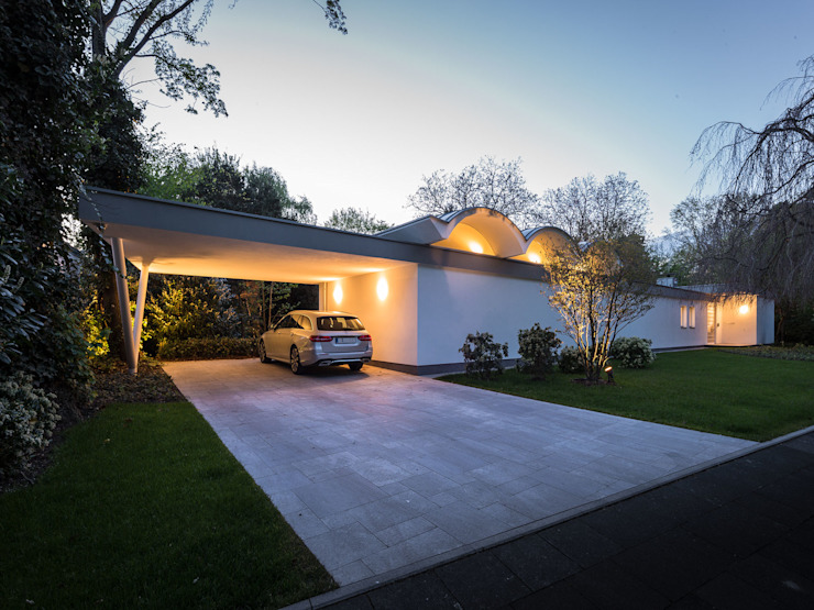 Mid-Century Bungalow Corneille Uedingslohmann Architekten Garajes abiertos Blanco