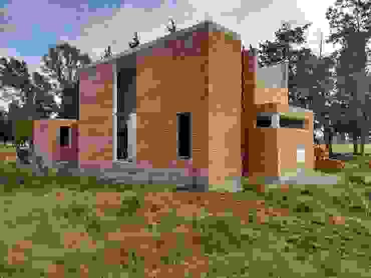 Fachada Sur - en obra. de 1.61 Arquitectos Mediterráneo Ladrillos