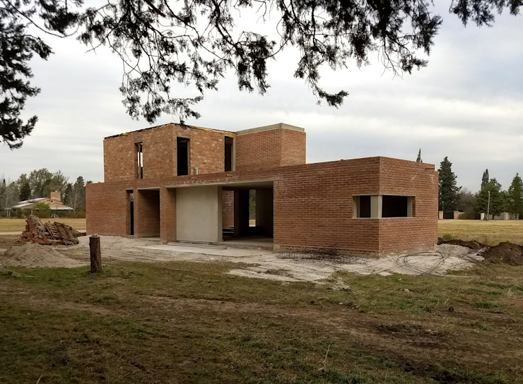 Fachada norte/oeste - en obra de 1.61 Arquitectos Mediterráneo Ladrillos