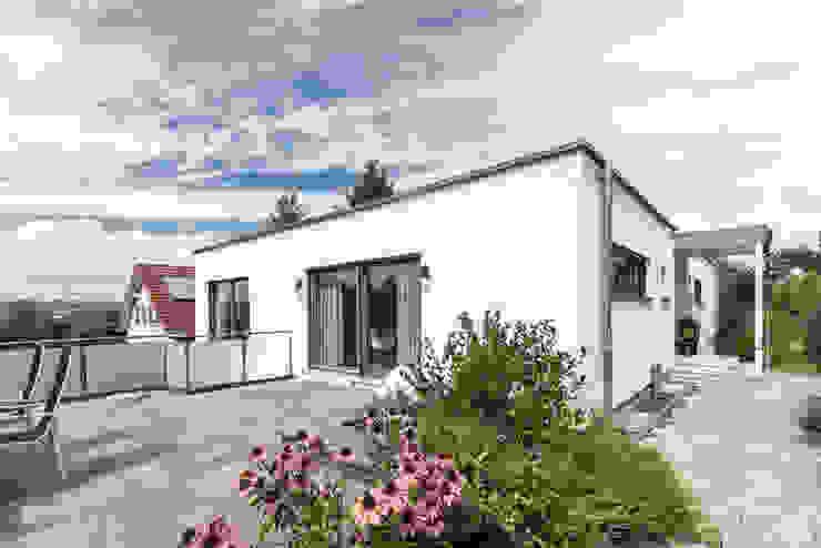 Moderne Flachdachvilla im Bauhausstil mit architektonischen Highlights von wir leben haus - Bauunternehmen in Bayern Modern