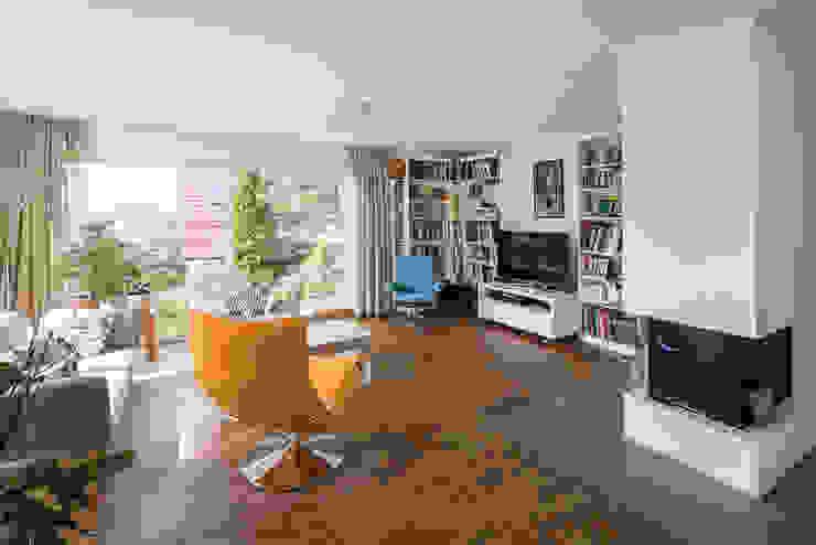 Moderne Flachdachvilla im Bauhausstil mit architektonischen Highlights Moderne Wohnzimmer von wir leben haus - Bauunternehmen in Bayern Modern