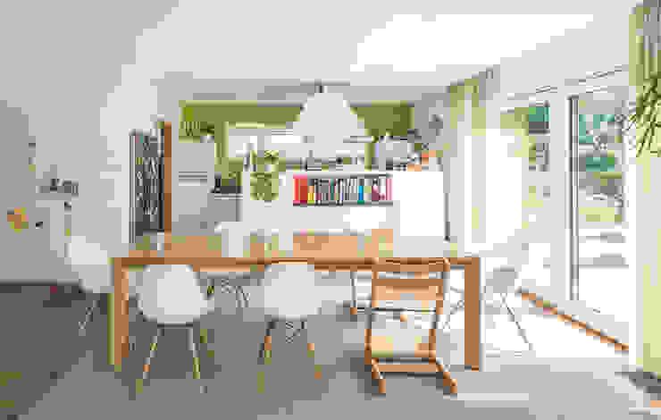Moderne Flachdachvilla im Bauhausstil mit architektonischen Highlights Moderne Esszimmer von wir leben haus - Bauunternehmen in Bayern Modern Holz Holznachbildung