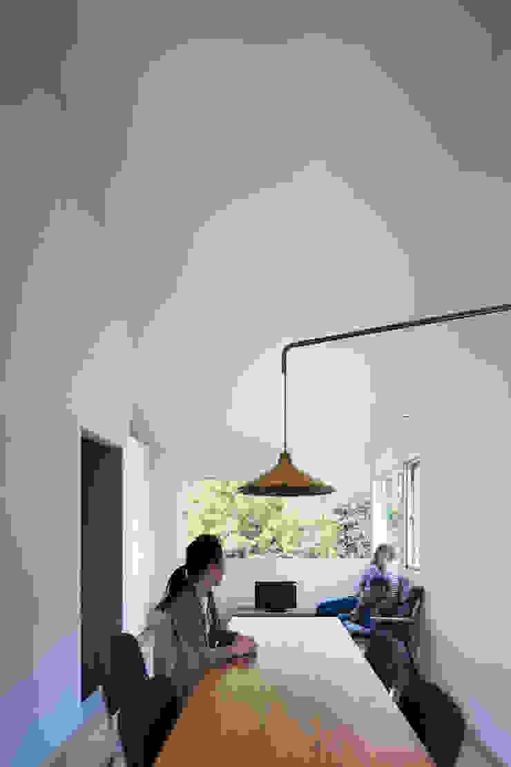 リビング 川添純一郎建築設計事務所 モダンデザインの リビング 白色