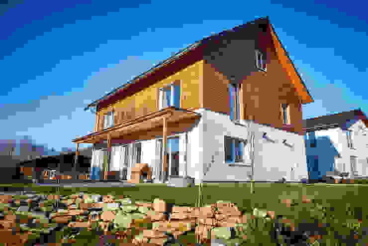 現代房屋設計點子、靈感 & 圖片 根據 PassivHausPartschefeld 現代風 實木 Multicolored