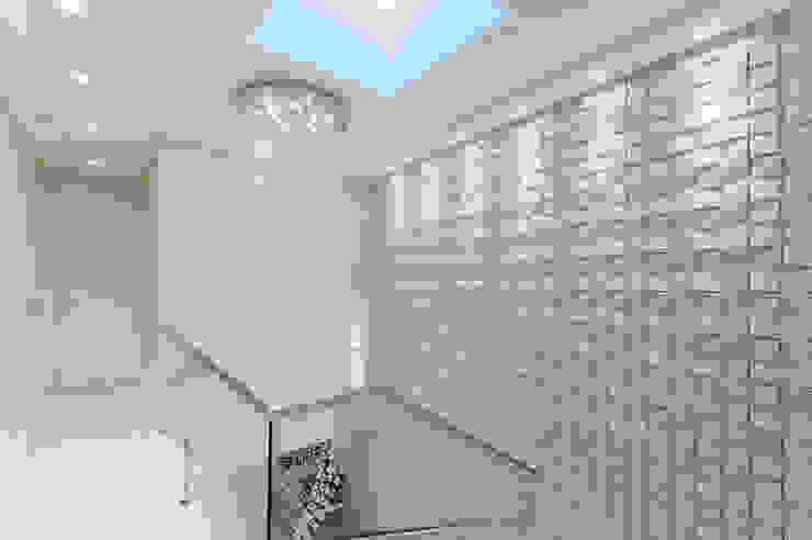 RHAJA ARQUITETURA Modern Corridor, Hallway and Staircase