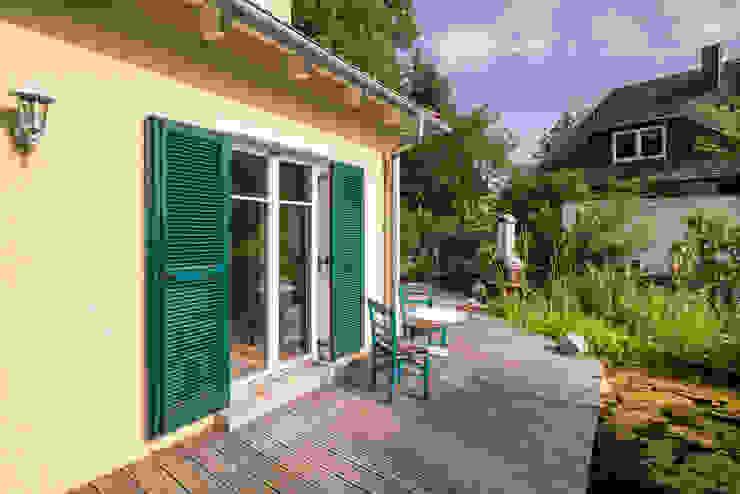 Balcones y terrazas de estilo mediterráneo de wir leben haus - Bauunternehmen in Bayern Mediterráneo Madera Acabado en madera
