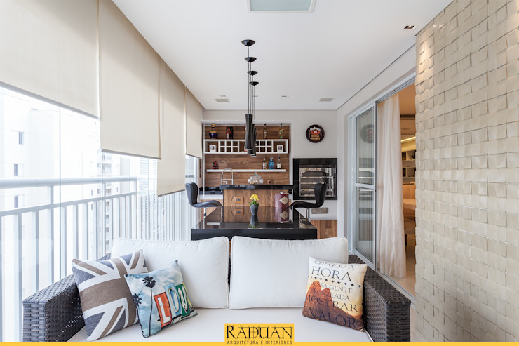 Sacada com Churrasqueira Varandas, alpendres e terraços modernos por Raduan Arquitetura e Interiores Moderno