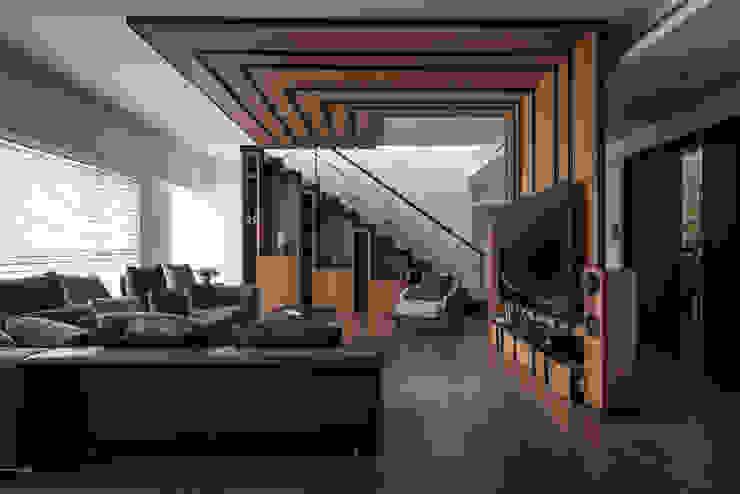 凌雲景觀樓中樓 现代客厅設計點子、靈感 & 圖片 根據 紫硯空間設計 現代風