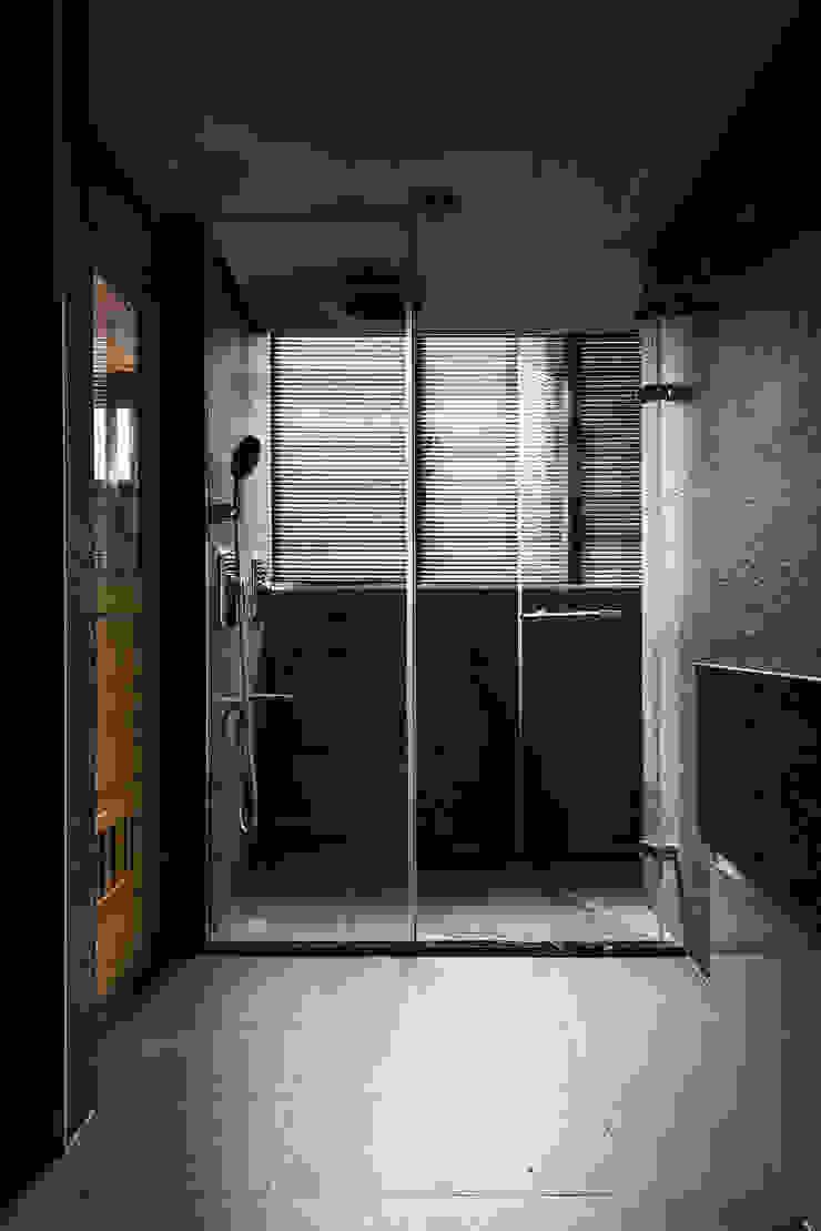 凌雲景觀樓中樓 現代浴室設計點子、靈感&圖片 根據 紫硯空間設計 現代風