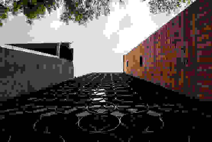 EDIFICIO 80 – 19 Casas modernas de PLANTA BAJA ESTUDIO DE ARQUITECTURA Moderno Hierro/Acero